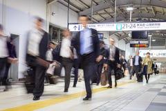 Bedrijfsmensen die door metro van Tokyo reizen Royalty-vrije Stock Afbeeldingen