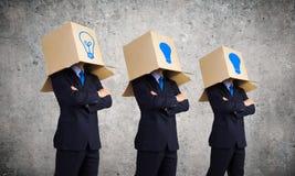 Bedrijfsmensen die dozen dragen Royalty-vrije Stock Afbeelding