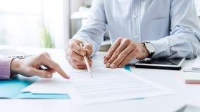 Bedrijfsmensen die een contract bespreken royalty-vrije stock foto
