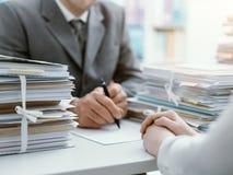 Bedrijfsmensen die een Contract ondertekenen stock afbeelding