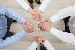 Bedrijfsmensen die een gebaar van een geschil of een solidari aantonen royalty-vrije stock fotografie
