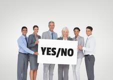 Bedrijfsmensen die een kaart met ja/nee teksten houden stock foto's
