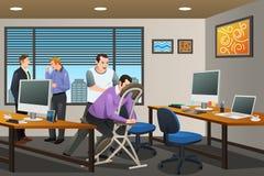 Bedrijfsmensen die een Massagetherapie in het Bureau ontvangen Royalty-vrije Stock Foto's