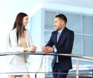 Bedrijfsmensen die in een modern bureau samenkomen Stock Afbeelding