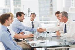 Bedrijfsmensen die een overeenkomst maken op een vergadering Royalty-vrije Stock Foto