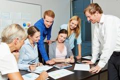 Bedrijfsmensen die in een team in het bureau werken Stock Foto