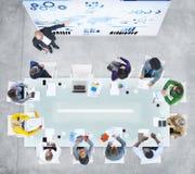 Bedrijfsmensen die een vergadering in het bureau hebben Royalty-vrije Stock Afbeeldingen