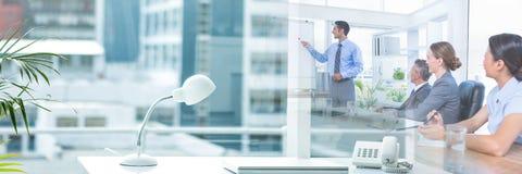 Bedrijfsmensen die een vergadering met het effect van de bureauovergang hebben royalty-vrije stock afbeeldingen