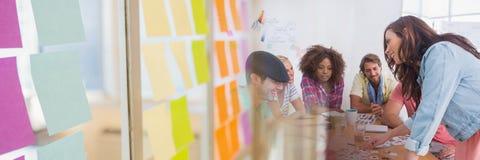 Bedrijfsmensen die een vergadering met het kleurrijke kleverige effect van de nota'sovergang hebben stock afbeelding