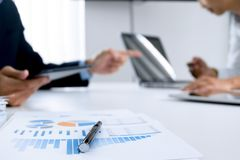 Bedrijfsmensen die en digitale tablet op het werk, selectieve nadruk samenwerken gebruiken royalty-vrije stock afbeelding