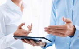 Bedrijfsmensen die en digitale tablet samenwerken gebruiken op het werk stock afbeelding