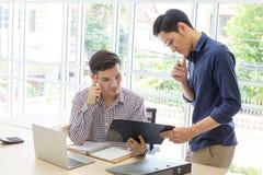 Bedrijfsmensen die en in het bureau werken bespreken Zaken P royalty-vrije stock fotografie