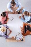 Bedrijfsmensen die en op commerciële vergadering, in bureau zitten bespreken Royalty-vrije Stock Afbeelding