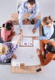 Bedrijfsmensen die en op commerciële vergadering, in bureau zitten bespreken Stock Fotografie