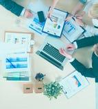 Bedrijfsmensen die en op commerciële vergadering, in bureau zitten bespreken Stock Afbeeldingen