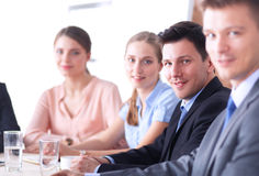 Bedrijfsmensen die en op commerciële vergadering, in bureau zitten bespreken stock foto's