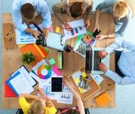 Bedrijfsmensen die en op commerciële vergadering, in bureau zitten bespreken Royalty-vrije Stock Foto
