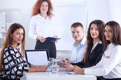 Bedrijfsmensen die en op commerciële vergadering, in bureau zitten bespreken Bedrijfs mensen Stock Afbeelding