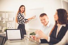 Bedrijfsmensen die en op commerciële vergadering, in bureau zitten bespreken Bedrijfs mensen Stock Foto