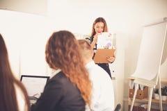 Bedrijfsmensen die en op commerciële vergadering, in bureau zitten bespreken Bedrijfs mensen Royalty-vrije Stock Afbeeldingen