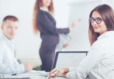 Bedrijfsmensen die en op commerciële vergadering, in bureau zitten bespreken Bedrijfs mensen Stock Foto's