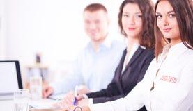 Bedrijfsmensen die en op commerciële vergadering, in bureau zitten bespreken Bedrijfs mensen Royalty-vrije Stock Afbeelding