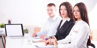 Bedrijfsmensen die en op commerciële vergadering, in bureau zitten bespreken Bedrijfs mensen Stock Afbeeldingen