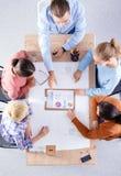 Bedrijfsmensen die en op vergadering, in bureau zitten bespreken Royalty-vrije Stock Fotografie