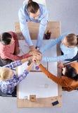 Bedrijfsmensen die en op vergadering, in bureau zitten bespreken Royalty-vrije Stock Afbeeldingen