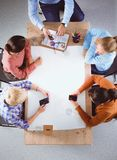 Bedrijfsmensen die en op vergadering, in bureau zitten bespreken Stock Afbeeldingen