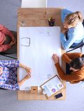 Bedrijfsmensen die en op vergadering, in bureau zitten bespreken Royalty-vrije Stock Afbeelding