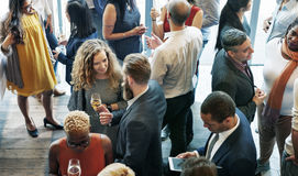 Bedrijfsmensen die Etend de Partijconcept van de Besprekingskeuken samenkomen