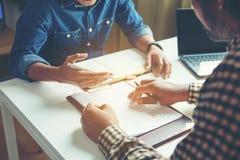 Bedrijfsmensen die financiële cijfers analyseren die de vooruitgang in het werk van het bedrijf aanduiden royalty-vrije stock fotografie
