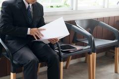 Bedrijfsmensen die in gesprek wachten worden geroepen Stock Fotografie