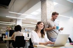 Bedrijfsmensen die goed groepswerk in bureau ontmoeten royalty-vrije stock foto's