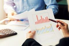 bedrijfsmensen die grafiek en grafiekrapporten bespreken royalty-vrije stock afbeeldingen