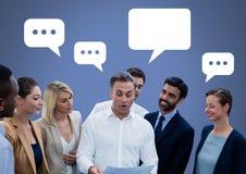 bedrijfsmensen die grote aankondiging bespreken op vergadering met lege praatjebellen Royalty-vrije Stock Afbeeldingen