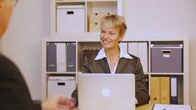 Bedrijfsmensen die handdruk in vergadering geven stock footage