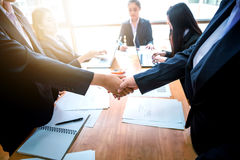 Bedrijfsmensen die handen met elkaar schudden Succesvolle busine Stock Afbeeldingen