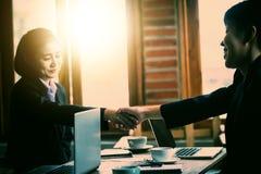 Bedrijfsmensen die handen met elkaar schudden Succesvolle busine Royalty-vrije Stock Afbeelding