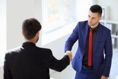 Bedrijfsmensen die handen na goede overeenkomst schudden stock afbeeldingen