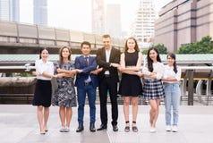 Bedrijfsmensen die handen na omhoog het beëindigen van een vergadering, Succesvolle diversiteitsgroep bedrijfsmensen, de voltooii royalty-vrije stock afbeeldingen