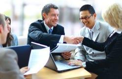 Bedrijfsmensen die handen schudden, stock afbeelding