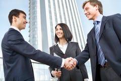 Bedrijfsmensen die handen schudden Stock Foto