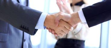 Bedrijfsmensen die handen schudden als teken van overeenkomst Verschillende 3d bal stock fotografie