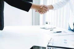 Bedrijfsmensen die handen schudden, die omhoog een vergadering beëindigen stock afbeelding