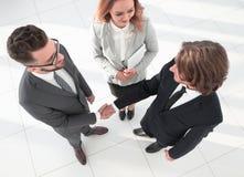 Bedrijfsmensen die handen schudden die een overeenkomst maken Royalty-vrije Stock Foto
