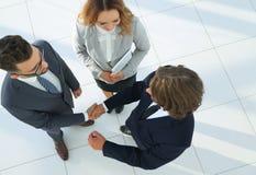 Bedrijfsmensen die handen schudden die een overeenkomst maken Stock Afbeelding