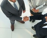 Bedrijfsmensen die handen schudden die een overeenkomst maken Stock Afbeeldingen