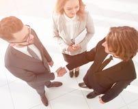Bedrijfsmensen die handen schudden die een overeenkomst maken Stock Foto
